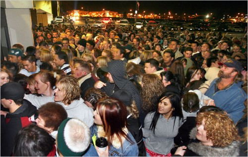 black_friday_2011_sales_crowds_2.jpg