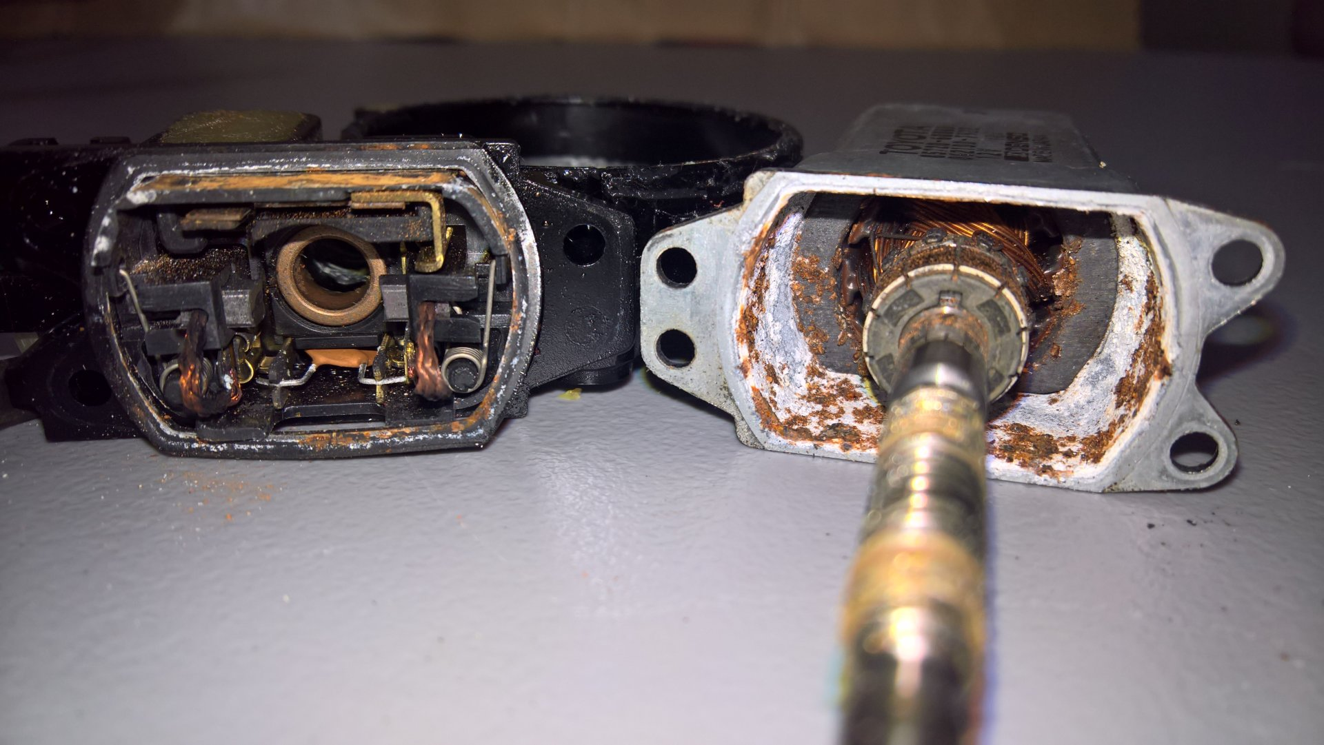 FZJ80 rear window lift motor armature case rust.jpg
